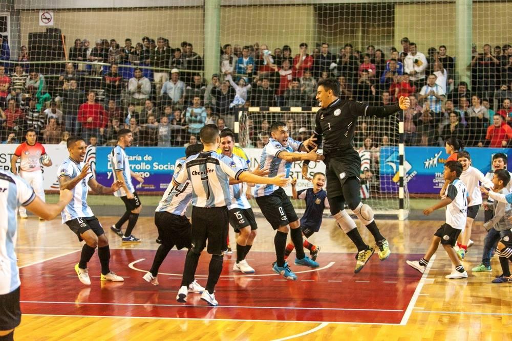 El festejo argentino tras ganar en los penales en Montecarlo Foto: Walter Seewald