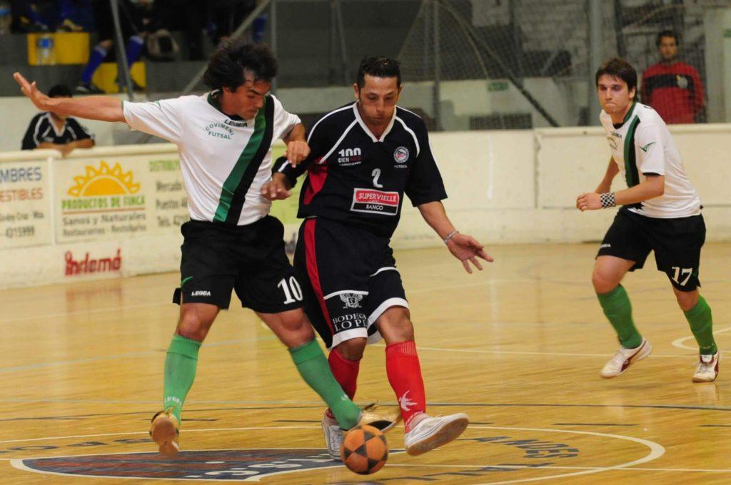 Darío Gavazza, de Coviemni y Cristian Banegas de Regatas luchando por el balón en el partido de octavos de final