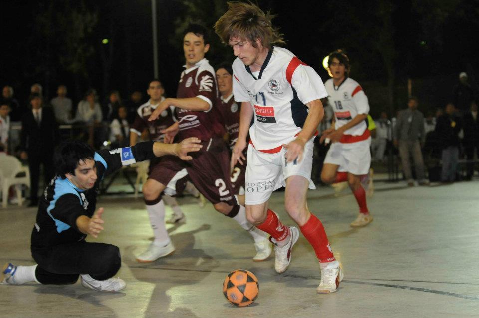 Gonzalo Rouyere en el partido frente a Lanus en cancha de Regatas.