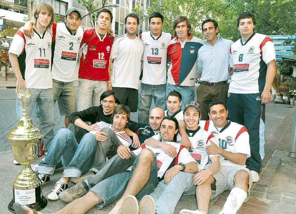 El plantel de Regatas fue a festejar el título en una nota para diario Los Andes