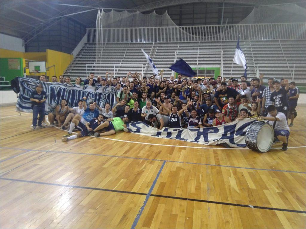 El festejo del plantel e hincha de Independiente tras el ascenso. Foto: Mundo Lepra