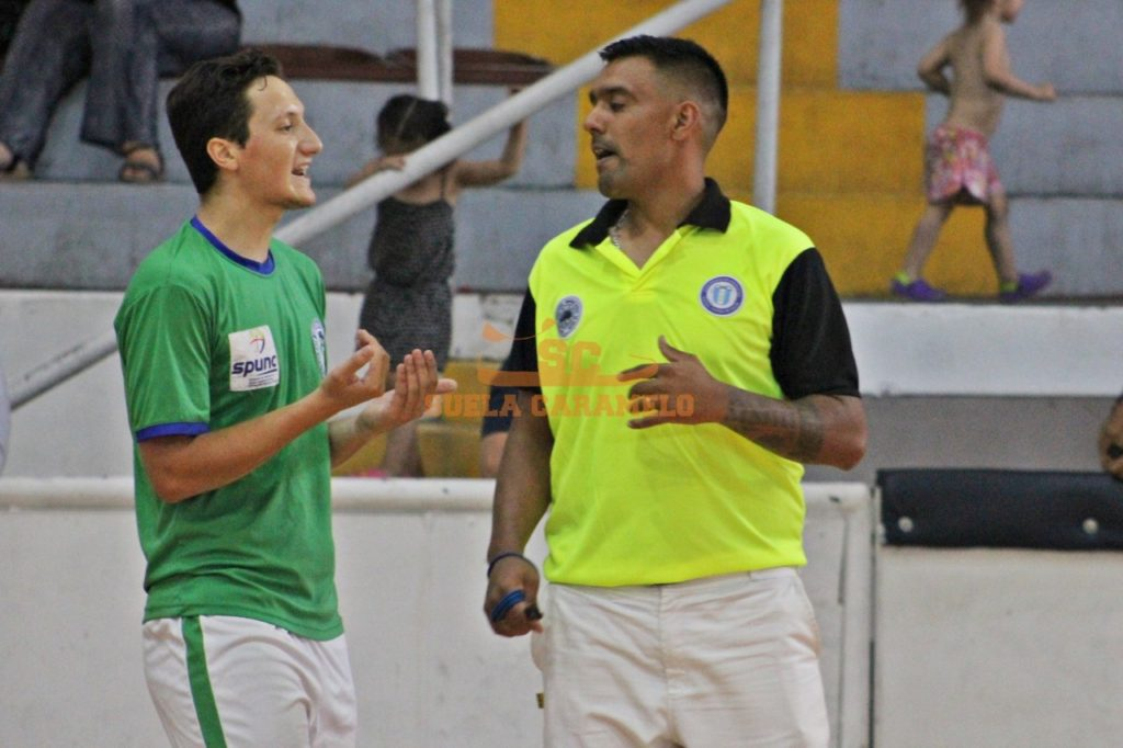 El árbitro agredido Matías Benítes durante un partido de inferiores. Foto Suela Caramelo.