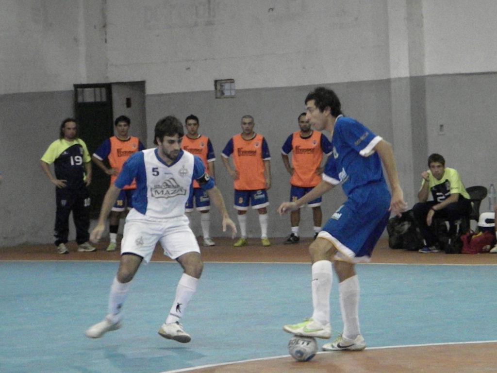 Facundo Miranda tiene la pelota ante la marca de Martín Cusa en la semifinal.