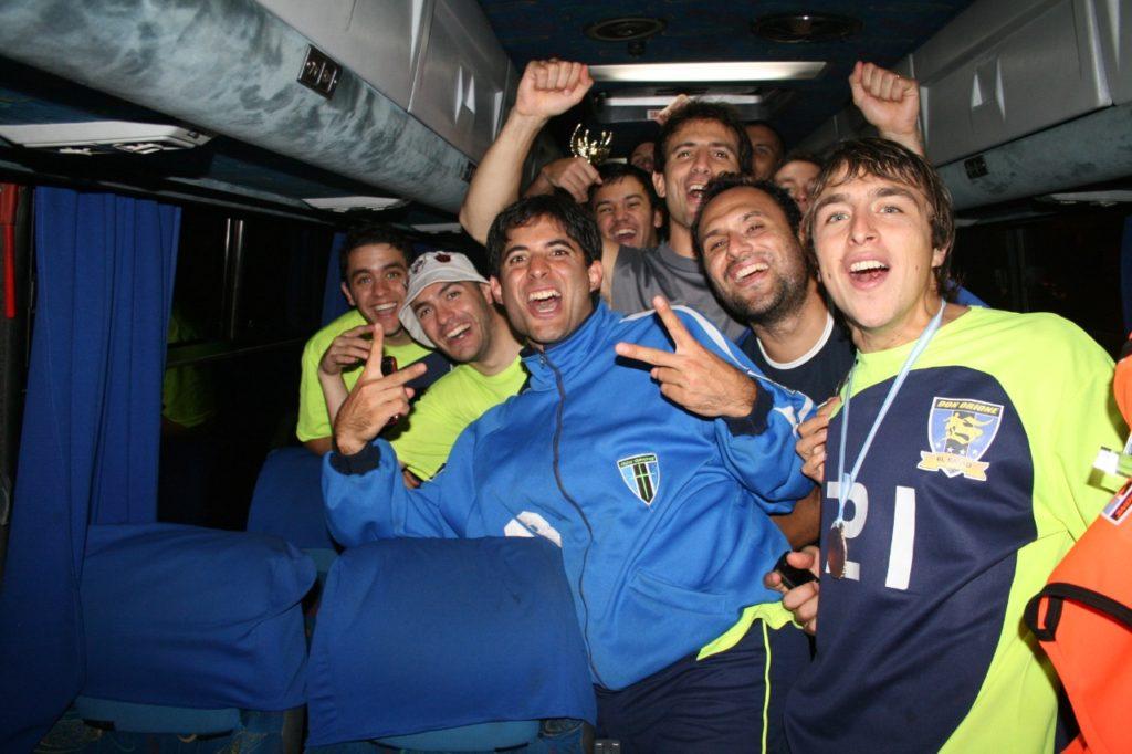 Momento íntimo. Festejos arriba del colectivo. Foto Solo Futsal
