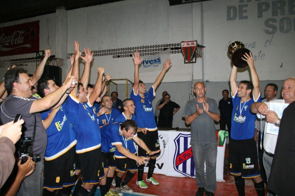 Rubén Novello levanta la copa y el resto del plantel festeja. Foto Solo Futsal