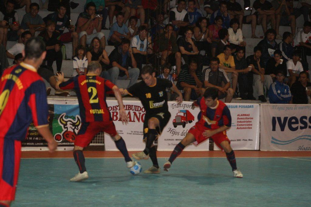 Mescolatti marcado entre Rodrifo Martínez y Germán Ciotti. Foto: Solo Futsal
